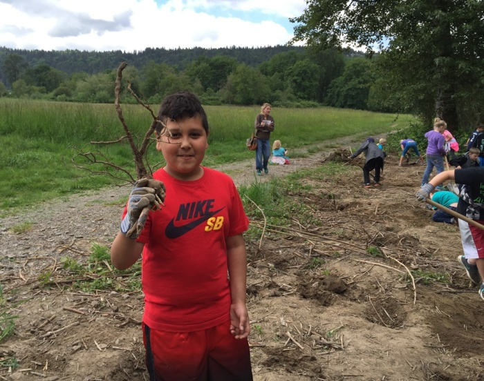 students-pulling-weeds-NatureVision1